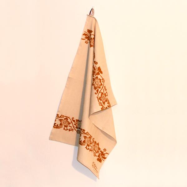 asciugamano-cucina-cotone-acanto-ruggine-appeso