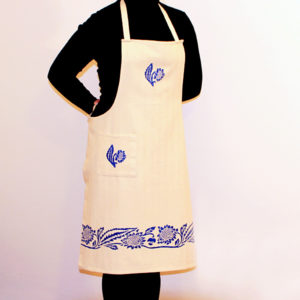 grembiule-cotone-girasole-blu-indossato