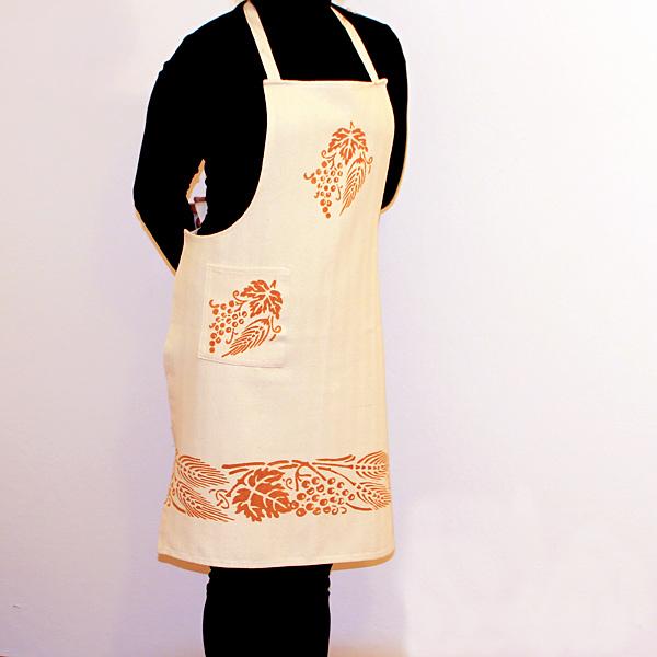 grembiule-cotone-spiga-e-uva-ruggine-indossato