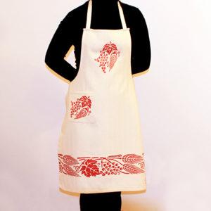 grembiule-cotone-spiga-e-uva-rosso-indossato